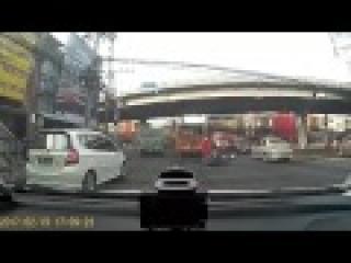 Le passager d'un scooter echappe de justesse...